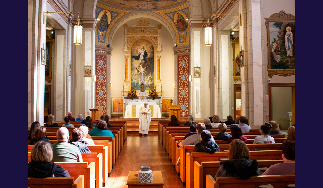 A missa do dia de todas as almas em Perryville, Missouri, EUA
